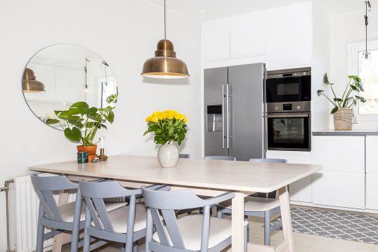 Idee für die Küchentisch Dekoration in einer weißen Küche – Beispiel mit Pfla...