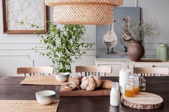 Gestaltungsidee – Schön gedeckter Tisch im Landhaus mit Holz – Beispiel...