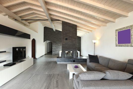 Modernes minimalistisches Kaminzimmer unter dem Dach – Wohnidee mit grauen Ecksofa  weißen TV-Lowboard &...