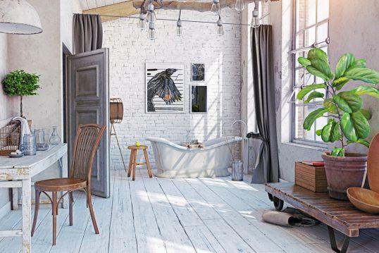Idee für ein rustikales Badezimmer im Dach – Beispiel mit freistehender Badewanne – Holztisch & Stuhl – Große Pflanze im Pflanzgefäß