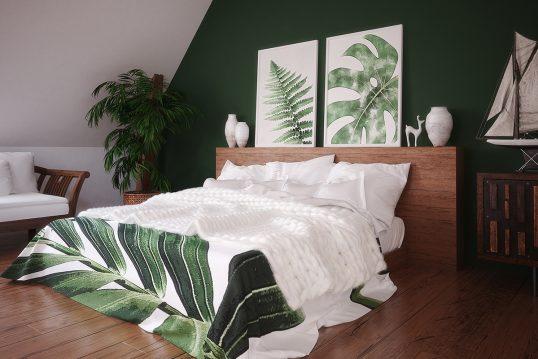 Schlafzimmer Idee im Dachgeschoss mit grüner Wand – Beispiel mit dekorierten ...
