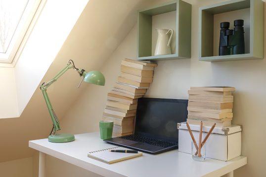 Beispiel für einen dekorierten Schreibtisch im Arbeitszimmer – Idee mit Schre...