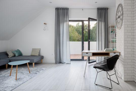Arbeitszimmer Idee im Skandinavischen Stil in weiß – Beispiel für ein Heimbür...