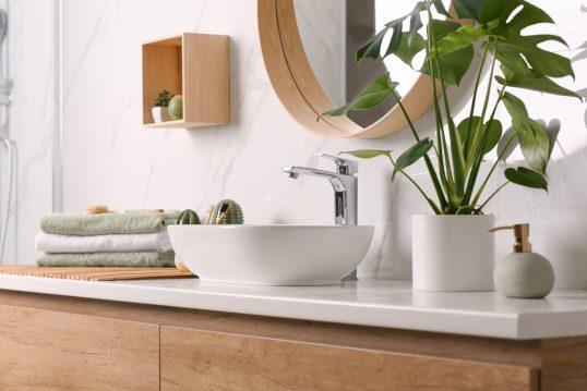 Deko Idee für das Badezimmer – Beispiel mit dekorierten Waschbeckenunterschra...