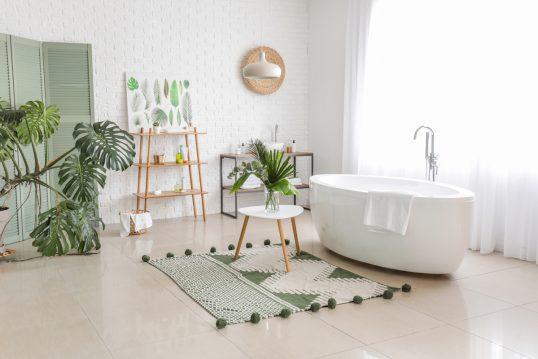 Wohnidee - Badezimmer im skandinavischen Stil mit Dekoration - Freistehende Badewanne  Designteppich mit Muster  Beistelltisch & Regale