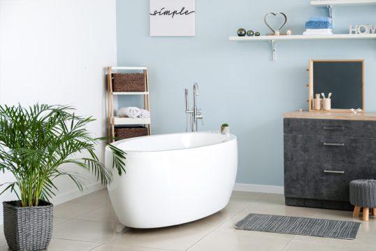 Idee für ein modernes Badezimmer mit blauer Wandgestaltung – Beispiel mit fre...