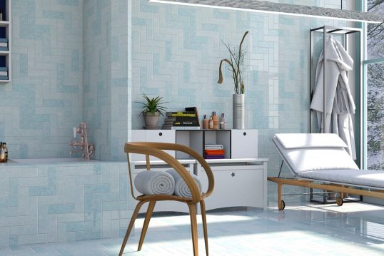 Badezimmer Idee im modernen Stil - Beispiel mit blauen Wandfliesen  dekorierten Schrank  Holzstuhl & Relaxliege - Garderobe für Kleidung