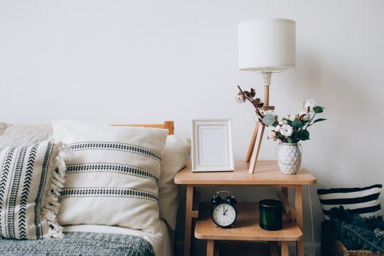 Einrichtungsidee für das Landhaus Schlafzimmer – Beispiel mit dekoriertem Bei...