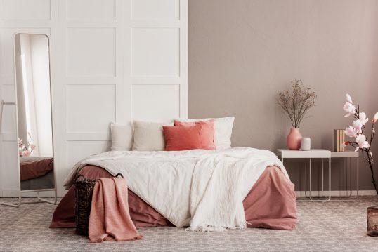 Moderne Schlafzimmergestaltung mit altrosa Wandfarbe  gemütliches Bett & Beist...