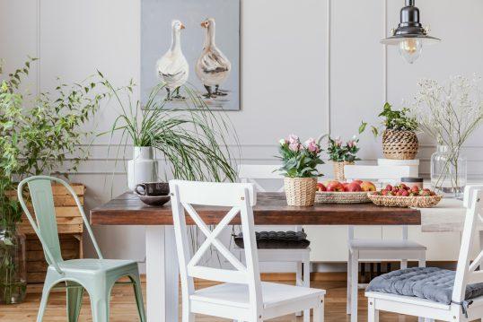 Landhaus Esszimmer oder Küche mit dekoriertem Tisch & Wandbild – Beispie...