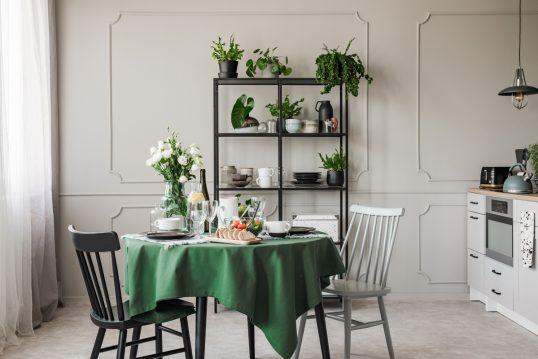 Moderne Landhausküche mit grüner Dekoration als Einrichtungsidee – Beispiel m...