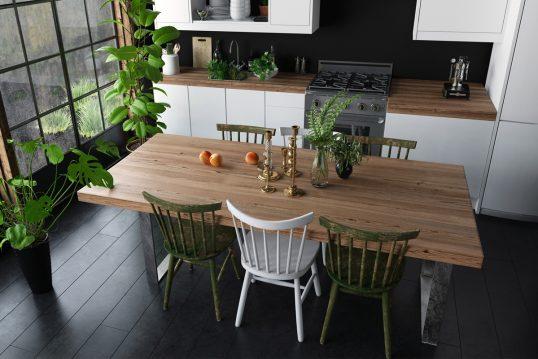 Landhausstil neu interpretiert – Gestaltungsidee für die Küche mit dekoriertem Holztisch & verschiedenen Stühlen – Zimmerpflanzen in Pflanzgefäßen