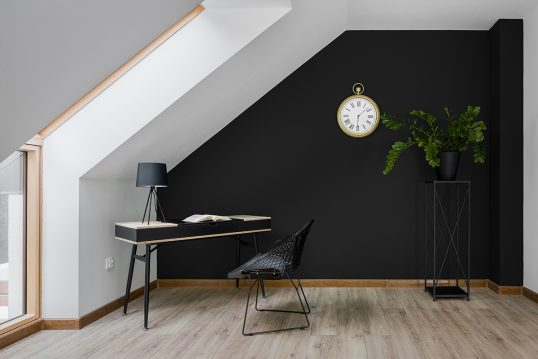 Moderne Arbeitszimmergestaltung im Dachgeschoss – Beispiel mit schwarzen Schr...