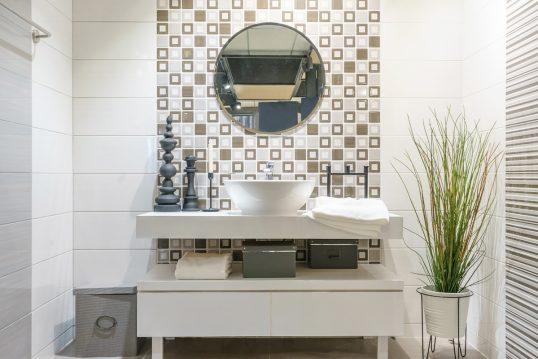 Einrichtungsidee für die moderne Badgestaltung – Beispiel mit weißen Waschbec...