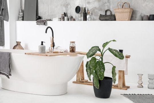 Idee für ein Badezimmer im modernen skandinavischen Stil mit viel Dekoration –...