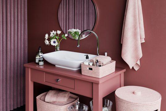 Wohnidee – Rosa rotes Badezimmer mit Dekoration – Beispiel mit Waschbec...
