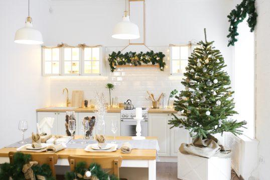 Wohnidee – Weihnachtlich dekorierte Landhausküche mit weißer Kücheneinrichtun...