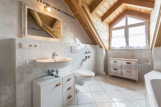 Idee für die Badezimmergestaltung im Landhausstil mit Dachschrägen – Beispiel...