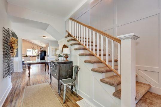 Beispiel für einen Flur im Landhausstil mit Vintage Möbeln – Idee mit Treppe ...
