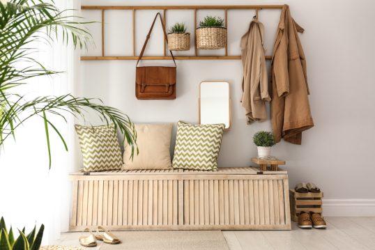 Gestaltungsidee für den Eingangsbereich mit Dekoleiter als Garderobe – Staura...