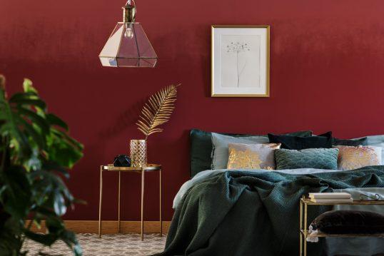 Deko Idee für ein elegantes Schlafzimmer – Weinrote Wandfarbe mit Wanddekorat...