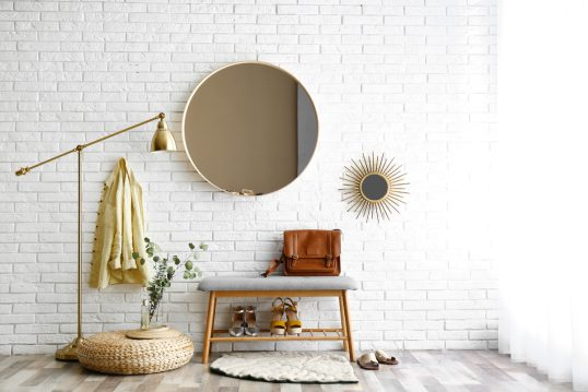 Moderne Einrichtungsidee für Flur / Diele - Beispiel mit Garderobenbank  runden Spiegeln  Stehlampe & Flurdekoration - Sitzkissen & Teppich