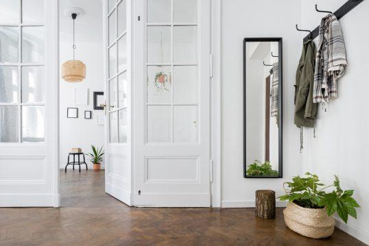 Beispiel für die Flurgestaltung in einer Altbauwohnung – Spiegel & Garde...