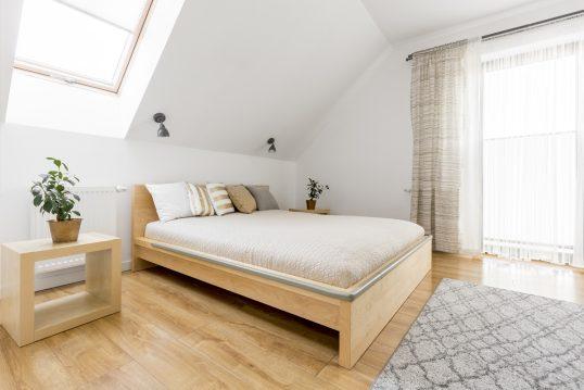 Idee für ein Gästezimmer im Dachgeschoss mit Holzmöbeln – Beispiel mit Holzbe...