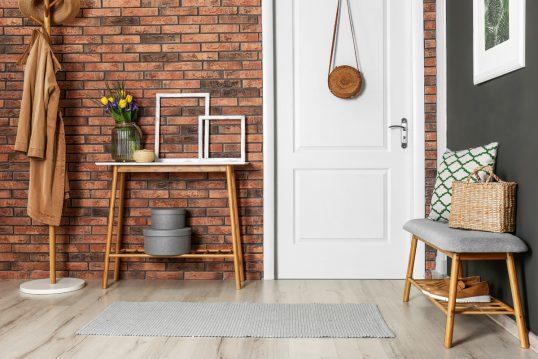 Beispiel für den modernen Hausflur rustikal eingerichtet- Wohnidee mit dekorierten Ablagetisch vor d...