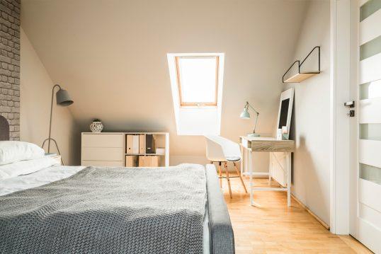 Moderne Teenagerzimmer Idee – Beispiel mit Schrank & Schreibtisch unter der Dachschräge – Sch...
