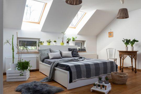 Idee für ein Schlafzimmer im Dach jugendlich eingerichtet – Beispiel mit weißen Stauraumbett – dek...