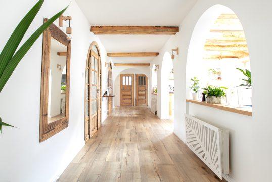 Flurgestaltung im Landhausstil – Idee für einen großen Flur mit Spiegel  Wand...