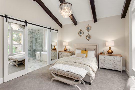 Wohnidee – Großes Luxuriöses Gästezimmer mit Bad im Dachgeschoss – Beispiel mit Queensize-Bed  Pol...