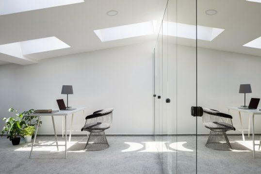 Minimalistisches modernes Arbeitszimmer zu Hause – Einrichtungsidee mit Schre...