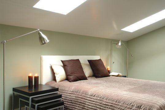 Gestaltungsidee für ein modernes Gästezimmer im Dachgeschoss – Beispiel mit B...