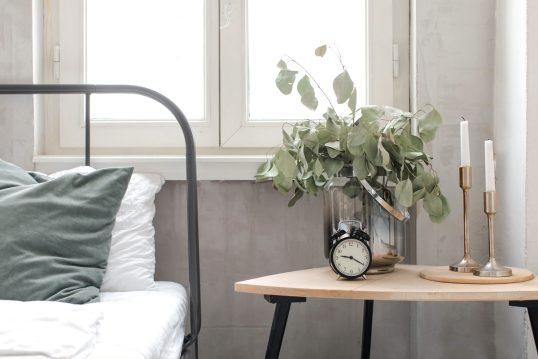 Deko Idee für das Schlafzimmer – Metallbett mit Kissen – Skandinavische...