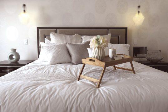 Moderne Deko Idee für das Schlafzimmer – Gestaltungsbeispiel mit Bettisch aus...