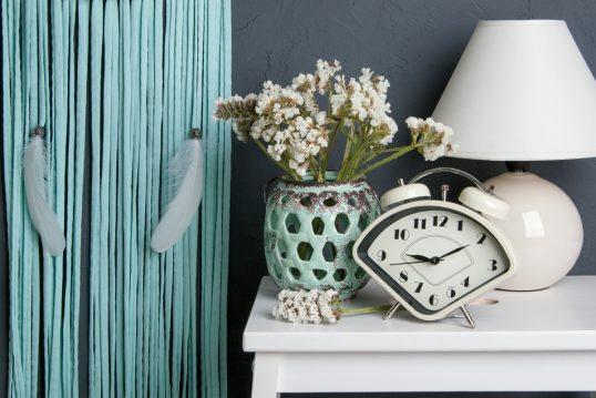 Idee für Schlafzimmerdekoration – Beispiel mit dekorierter Nachtkonsole ̵...