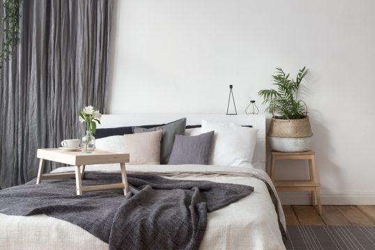 Gemütliche Schlafzimmer Idee – Beispiel mit weißen Bett & vielen Kissen ...