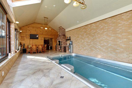 Wohnidee – Kleines Landhaus Schwimmbad zu Hause unter der Dachschräge – Beispiel mit Einbaupool &#...