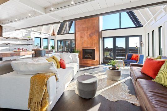 Villa Wohnidee – Offener Wohnbereich mit Wohnzimmer & Küche – Beis...