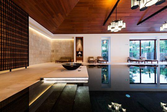 Villa mit luxuriösen Poolbereich – Einrichtungsidee mit Liegen am Pool – Sofa & Polsterhocker...