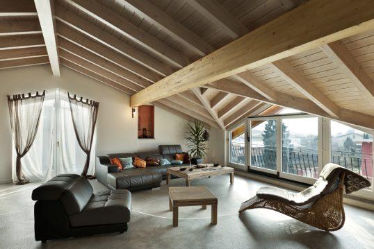 Rustikale Wohnzimmer Idee unter der Dachschräge - Beispiel mit Ledersofa & Ledersessl - Relaxsessel und Beistelltische unter der Dachschräge - Gardinen & Vorhänge vor dem Fenster