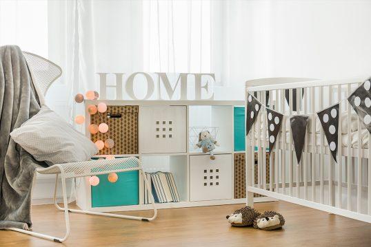 Deko Idee für das Babyzimmer – Beispiel mit weißem Babybett & Girlande &...