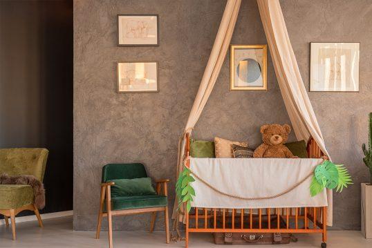 Gemütliche Babyzimmer Einrichtung mit Wandgestaltung – Beispiel mit Babybett ...