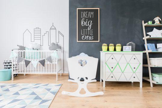 Gestaltungsidee für das Babyzimmer mit Wandgestaltung – weißes Babybett &...