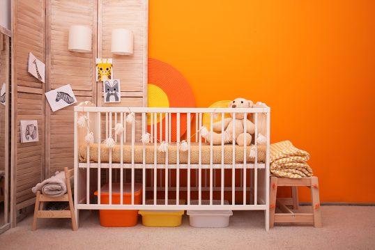 Babyzimmer Gestaltungsidee – Orange Wandfarbe & weißes Babybett – ...