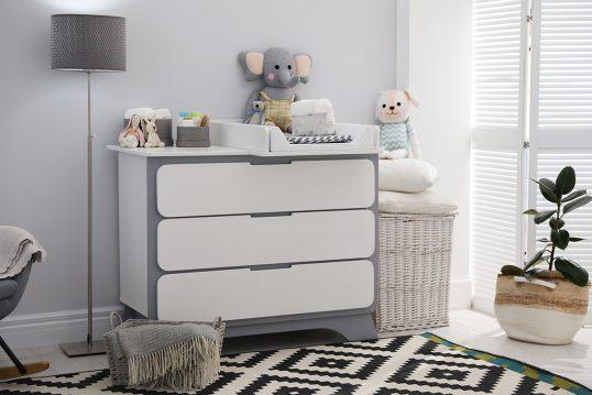 Babyzimmer Idee – Beispiel mit Schrank und Wickelset als Wickelkommode –...
