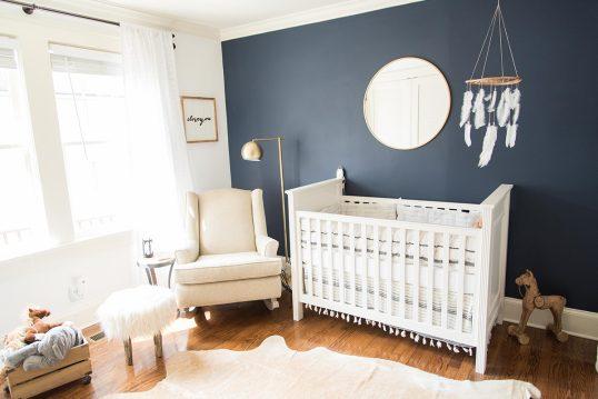 Wohnidee – Babyzimmer mit dunkler Wandfarbe & Traumfänger über dem weiße...