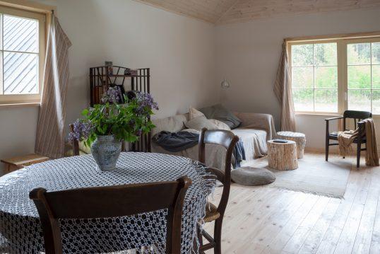 Wohnidee – Gemütliches Wohnzimmer im Landhausstil mit Essbereich – Sofa...